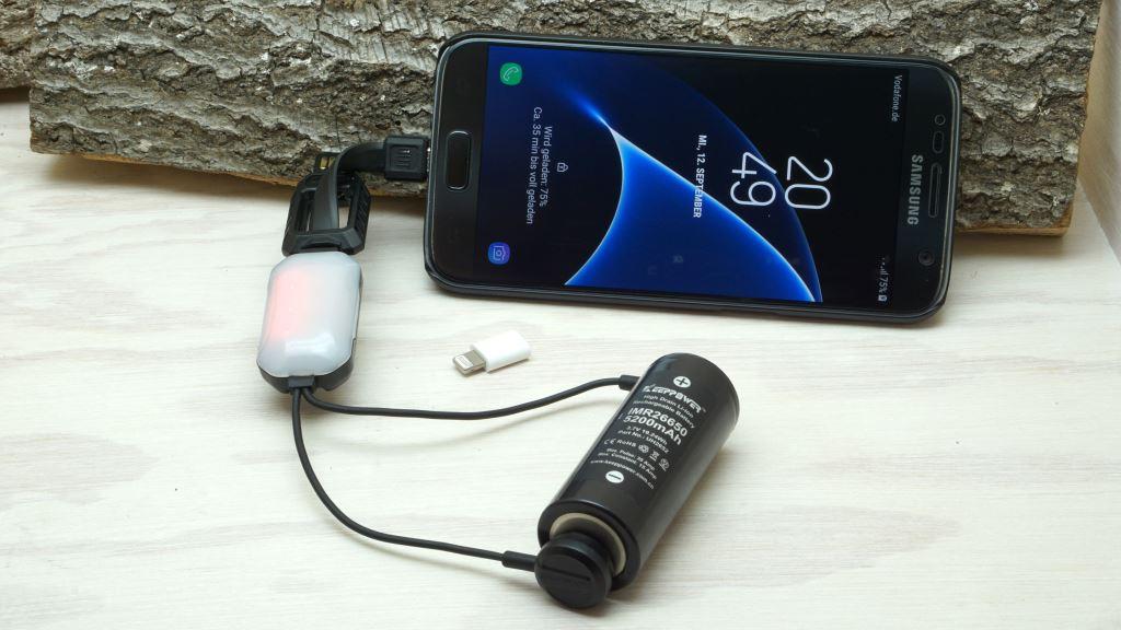 Nitecore LC10 lädt Smartphone